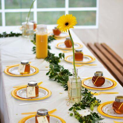 Pasipuošęs švenčių palapinės stalas