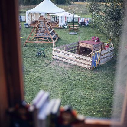 Pepės vilaitės kiemas pro langą